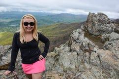 Le randonneur blond de sourire accompli de femme pose au sommet de peu d'homme pierreux, une hausse en parc national de Shenandoa images stock