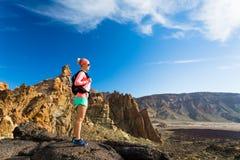 Le randonneur convenable de femme ont plaisir à inspirer le paysage de montagnes images libres de droits