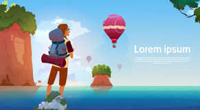 Le randonneur d'homme apprécient la vue dans le voyageur de lac mountains sur le concept de vacances d'aventure d'été Images libres de droits