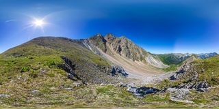 Le randonneur d'homme se tient sur le dessus dans les montagnes Panorama sphérique 360vr photos stock
