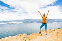 Le randonneur de femme avec des bras a tendu, célébration de voyage images libres de droits
