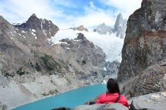 Le randonneur de femme regardant le lac laguna Sucia et Fitz Roy font une pointe en parc national de visibilité directe Glaciares Image libre de droits