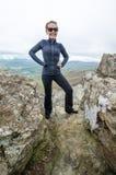 Le randonneur de sourire accompli de femme pose au sommet de peu d'homme pierreux, une hausse en parc national de Shenandoah en V photos stock