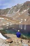 Le randonneur observe la couleur spectaculaire de la laque Mort, Valpelline, la vallée d'Aoste, Italie image stock