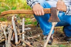 Le randonneur prépare le bois de chauffage image libre de droits