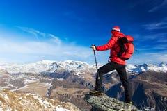 Le randonneur prend un repos admirant le paysage de montagne Monte Rosa M Images stock