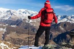 Le randonneur prend un repos admirant le paysage de montagne Monte Rosa M Photographie stock libre de droits