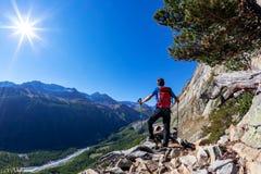 Le randonneur prend un repos observant un panorama de montagne images libres de droits