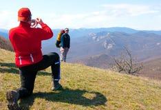 Le randonneur prennent une photo Photos libres de droits