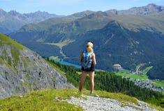 Le randonneur regarde la ville alpine Davos Images libres de droits