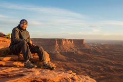 Le randonneur rencontre le coucher du soleil au point de vue grand dans Canyonlands p national images libres de droits