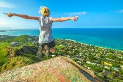 Le randonneur sautant en Hawaï image stock