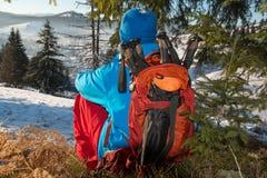 Le randonneur se repose dans la forêt d'hiver Photographie stock