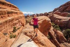 Le randonneur se repose en parc national de voûtes en Utah, Etats-Unis Photographie stock libre de droits