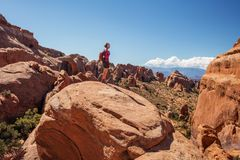 Le randonneur se repose en parc national de voûtes en Utah, Etats-Unis Photo stock