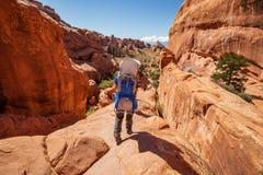 Le randonneur se repose en parc national de voûtes en Utah, Etats-Unis Image stock