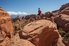 Le randonneur se repose en parc national de voûtes en Utah, Etats-Unis Photo libre de droits