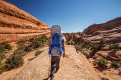 Le randonneur se repose en parc national de voûtes en Utah, Etats-Unis Image libre de droits