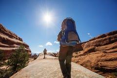Le randonneur se repose en parc national de voûtes en Utah, Etats-Unis Images stock