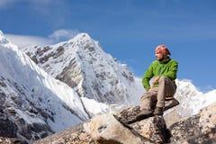 Le randonneur se repose sur le voyage en Himalaya, Népal Image stock