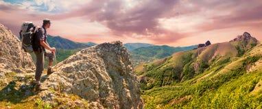 Le randonneur sur le dessus apprécie le paysage de panorama de montagnes photos stock