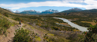 Le randonneur treks l'arrière du parc national de Torres del Paine - Chili Photo stock