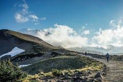 Le randonneur trimardant dans la montagne images stock