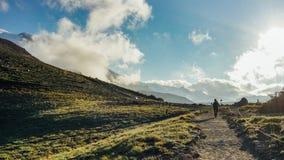 Le randonneur trimardant dans la montagne image libre de droits