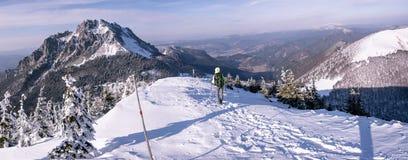 Le randonneur va vers le bas des montagnes congelées photo libre de droits