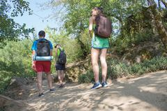 Le randonneur voyage dans la forêt avec un sac à dos le concept du voyage et de la hausse dans les endroits sauvages de la nature Photographie stock libre de droits