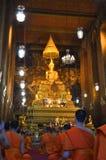 Le rane pescarici non identificate pregano ad una statua di Buddah Immagine Stock Libera da Diritti