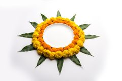 Le rangoli indou de fleur de décoration de festival utilisant le souci et la mangue poussent des feuilles photos stock
