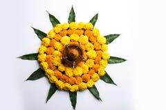 Le rangoli indou de fleur de décoration de festival utilisant le souci et la mangue poussent des feuilles photographie stock