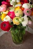 Le RANUNCULUS BULBOSUS, jaillissent groupe de fleurs coloré, femmes jour concept de carte postale du 8 mars Photo stock