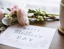 Le Ranunculus fleurit le bouquet avec le jour de mères heureux souhaitant la carte Photographie stock libre de droits