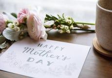 Le Ranunculus fleurit le bouquet avec le jour de mères heureux souhaitant la carte Photo libre de droits
