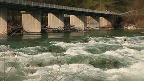 Le rapide del fiume dopo l'uomo hanno fatto l'ostacolo stock footage