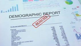 Le rapport démographique a rejeté, main emboutissant le joint sur le document officiel, statistiques banque de vidéos