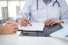 Le rapport de professeur Doctor et recommandent une méthode avec le trea patient Photo stock
