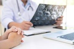Le rapport de professeur Doctor et recommandent une méthode avec le trea patient Photo libre de droits