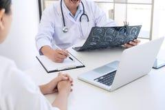 Le rapport de professeur Doctor et recommandent une méthode avec le trea patient Images libres de droits
