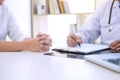 Le rapport de professeur Doctor et recommandent une méthode avec le trea patient Photographie stock libre de droits