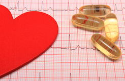 Le rapport, les comprimés et le coeur de graphique d'électrocardiogramme forment Images stock