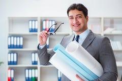 Le rapporteur d'ingénieur d'homme d'affaires avec des dessins de modèles Images stock