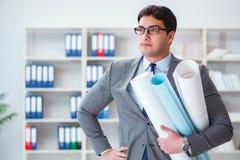 Le rapporteur d'ingénieur d'homme d'affaires avec des dessins de modèles Photographie stock