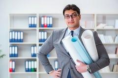 Le rapporteur d'ingénieur d'homme d'affaires avec des dessins de modèles Photos stock