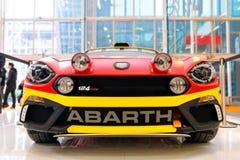 Le rassemblement de Fiat Abarth 124 de vue de face a accordé des voitures de sport Image stock