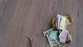 Le rat blanc et noir marche autour des pièces de monnaie et des billets de banque clips vidéos
