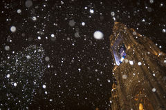 Le Rathaus de Vienne tout en neigeant Photo stock