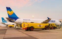 Le ravitaillement des avions Photos stock